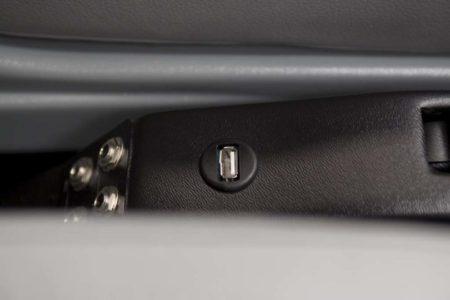 Tecnam P2010: cargador USB